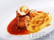Печени пилешки руладини от филе, пълнени с варени яйца, морков и кисели краставички върху картофено пюре